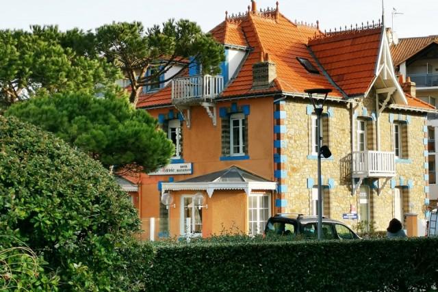 hote-restaurant-villa-rose-marie-sat-brevin-tourisme-facade-pins-3824